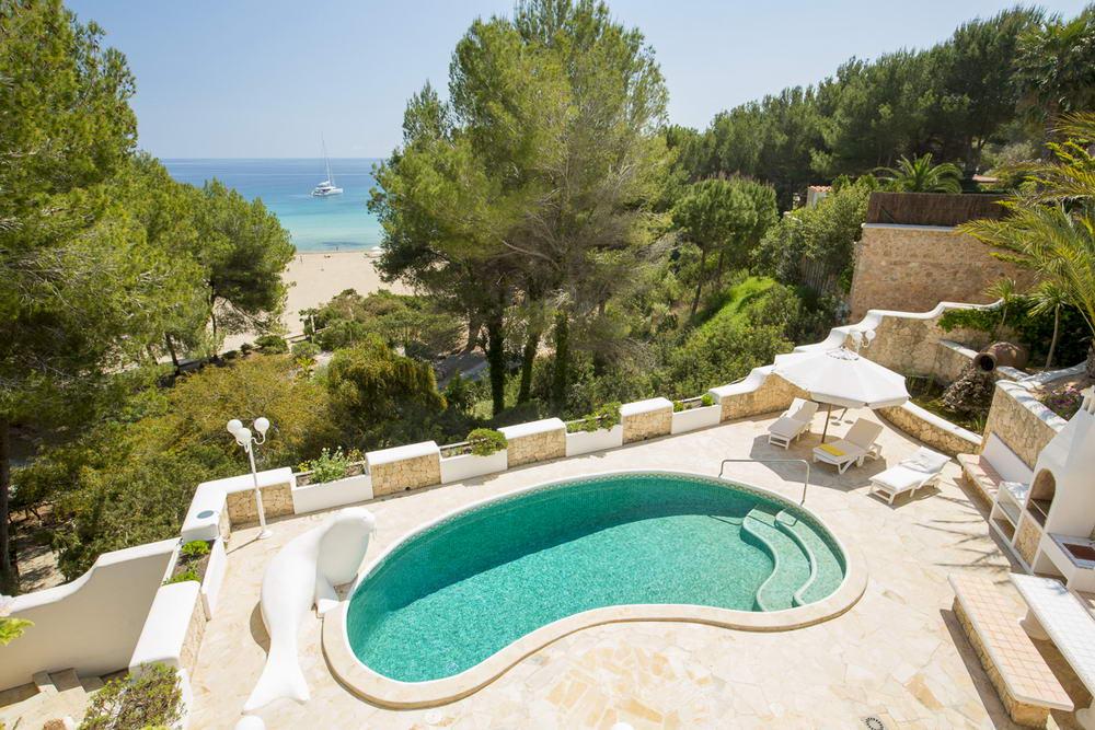 ibiza ferienhaus am strand casa playa cala llenya ihr familienurlaub bis 6 personen. Black Bedroom Furniture Sets. Home Design Ideas